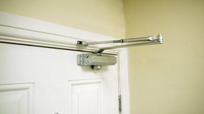 Верхний установленный механизм для облегчения открытия дверей