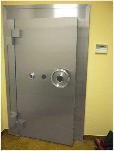 Сейфовая дверь с вертушкой