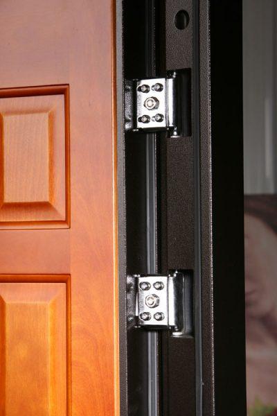 Крепление петель на металлической двери