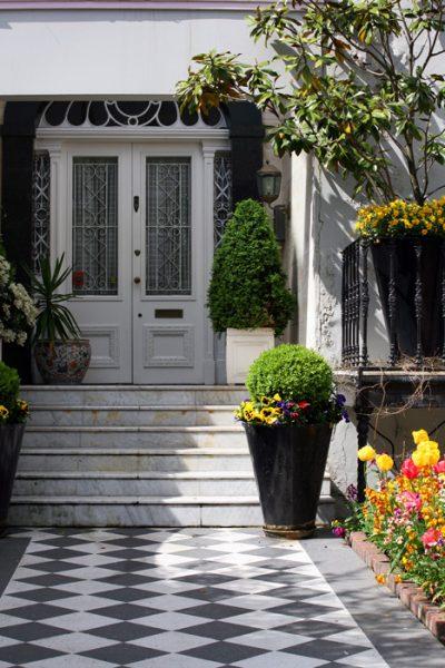 Вариант крыльца перед входной дверью в дом с дополнительными элементами декора