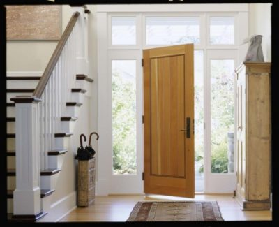 Дверь в сад, которая дополнена оконными конструкциями по бокам и сверху