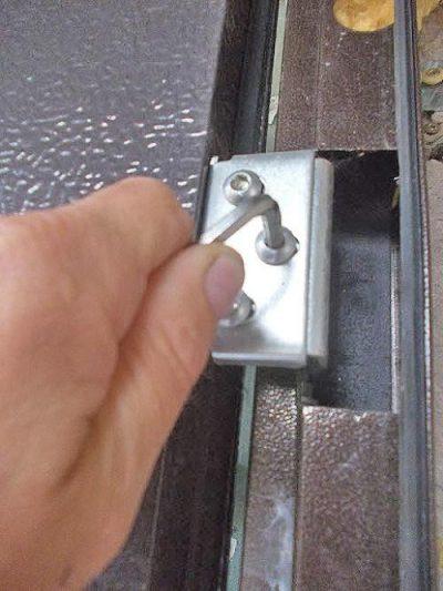 Регулировка петель металлической двери