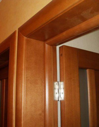 Готовый вариант межкомнатной двери, оснащённой доборами