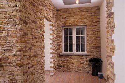 Использование отделочного камня для облицовки откосов и углов входной двери