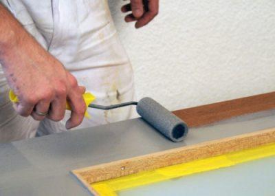 Окрашивание дверной конструкции с помощью валика