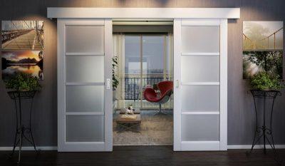 Двери двустворчатые купе из дерева и матового стекла
