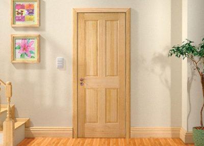 Дверь, покрытая морилкой, которая смотрится естественной и интересно в интерьере