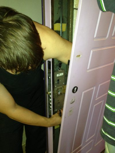 Замена замка с ригелями на входной металлической двери