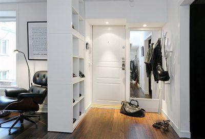 Интересный способ декорировать пространство прихожей с учетом размещения и зеркала в качестве эффектного элемента декора