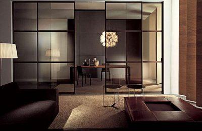 Стеклянные модели купе, которые монтированы от пола до потолка на всю стену помещения, разделяя комнаты