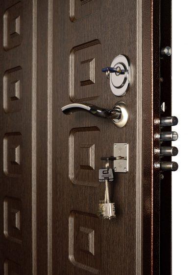 Входная дверь с цилиндровым и сувальным замками.