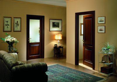 Роскошные межкомнатные двери, представленные в расцветке темного дерева и изготовленные из цельного массива, которые считаются одним из лучших вариантов