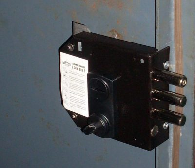 Монтаж накладного замка на металлическую дверь