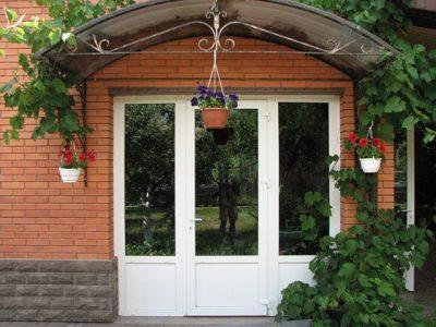 Металлопластиковая дверь в частном доме
