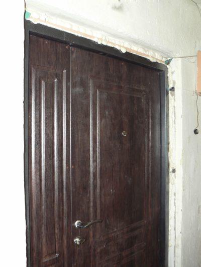 Блок, установленный на уровне со стеной