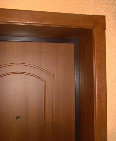 Установленные наличники на дверь