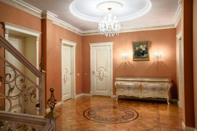 Роскошные двери для загородного дома, который оформлен в изысканном классическом стиле
