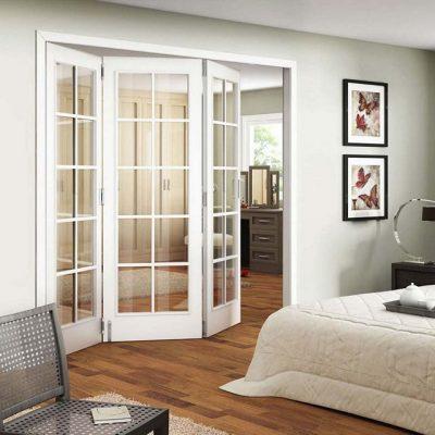 Вариант складной межкомнатной двери белого цвета
