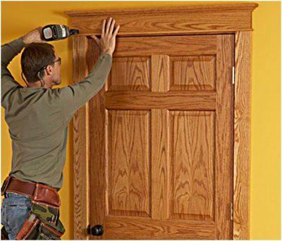 Дверь с деревянными откосами