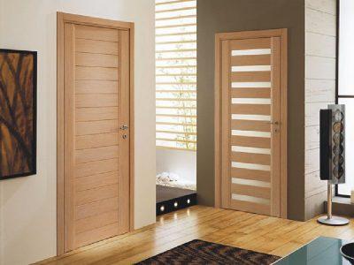 Дверная конструкция в интерьере помещения с наличием всех необходимых аксессуаров и деталей
