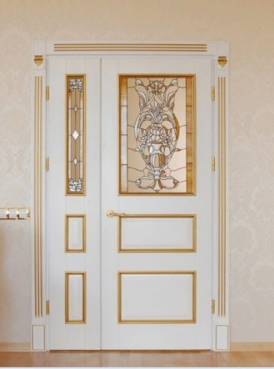 Роскошное изделие распашного асимметрического типа, которое дополнено золотыми элементами декора