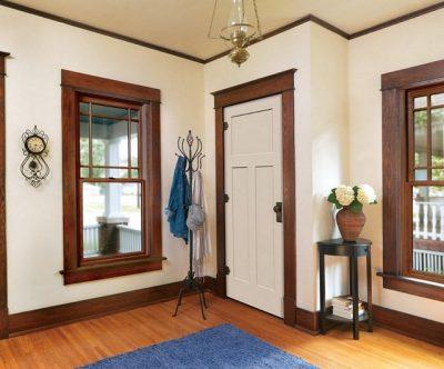 Контрастная однотипная облицовка дверного блока и плинтусов
