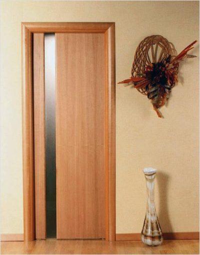 Дверная конструкция, которая оформлена в классическом стиле без каких-либо элементов декора