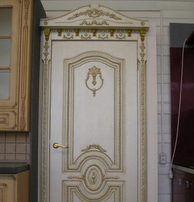 Дверь, обновленная при помощи молдингов