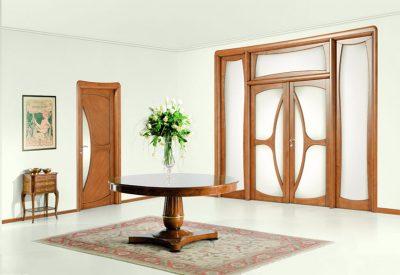 Изысканное сочетание стекла и дерева в дизайне двери