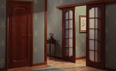 Интересная дверная конструкция, представленная темной древесной гаммой