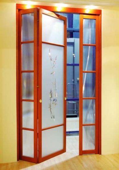 Модель двери-книжки с различными по ширине створками, которая эффектно дополнит собой интерьер помещения