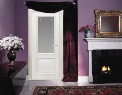 Фиолетовый интерьер не будет угнетающим только с белоснежными дверями