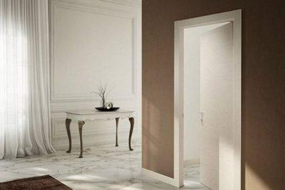 Бежевые межкомнатные двери идеально сочетаются с обоями шоколадного или кофейного оттенка