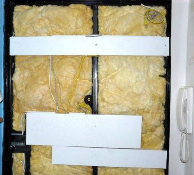 Укладка звукоизоляционного материала в конструкцию