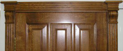 Полотно такой двери изготавливают из цельного деревянного фрагмента.