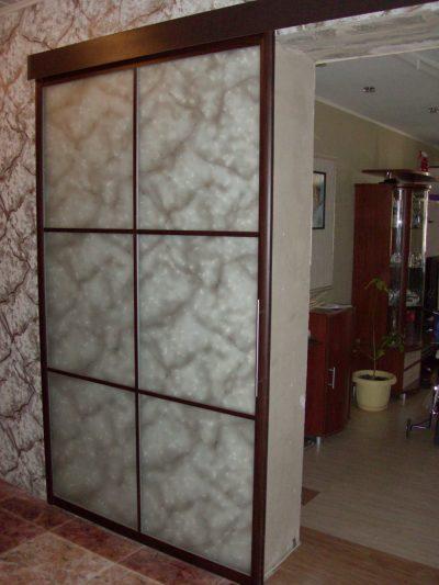 Одностворчатая раздвижная конструкция в интерьере помещения