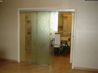 Дизайн стеклянной сдвижной створки с рисунком