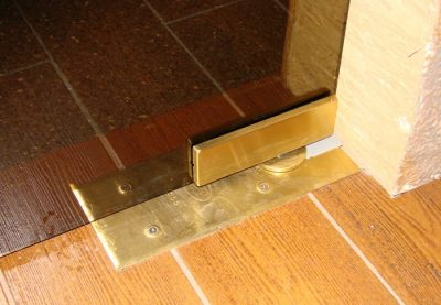 Маятниковая перегородка не имеет коробки и закрывается с помощью доводчика