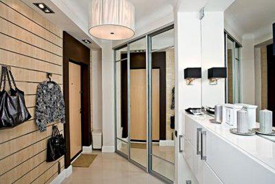 Не рекомендуется устанавливать зеркало напротив входа в квартиру