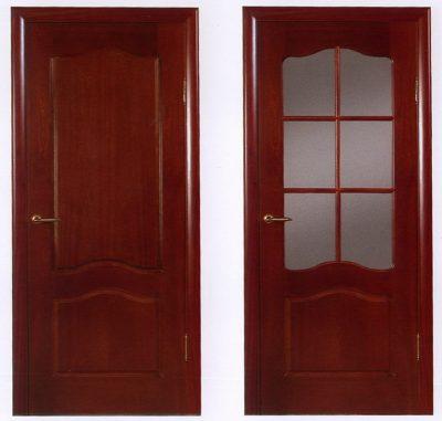 Дверь цвета красного дерева