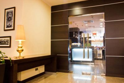 Маятниковая конструкция, разделяющая гостиную и кухонное пространство