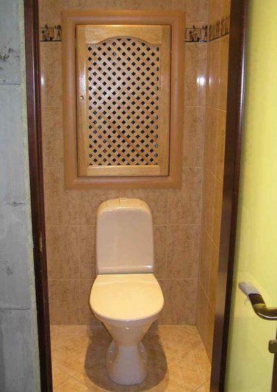 Деревянная дверь за унитазом