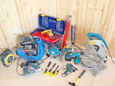Для сравнения: набор инструментов необходимый для установки межкомнатной двери классическим способом.