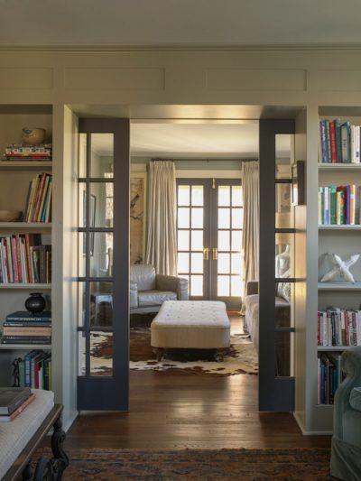 Стеклянная вставка на двери классического стиля