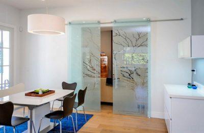 Раздвижные стеклянные двери классического стиля с рисунком