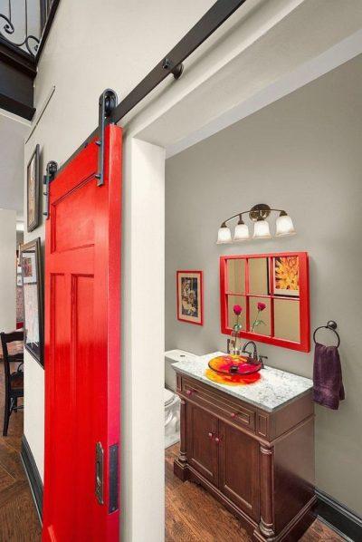 Яркая дверь на светлом фоне стены