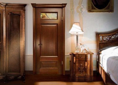 Дверь из элитных материалов, которая относится к высокому ценовому диапазону, созданная из массива древесины