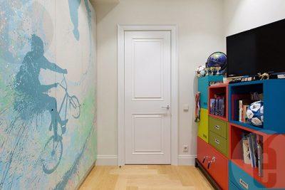 Для пестрой обстановки лучшим выбором будет белая дверь