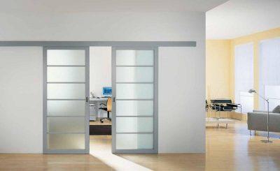 Отличный вариант раздвижной двери, которая дополнит собой интерьер, оформленный в современном минималистическом стиле