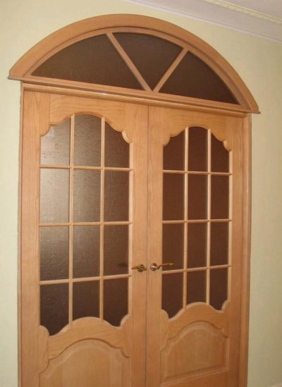 Арочная фрамуга над двустворчатой дверью